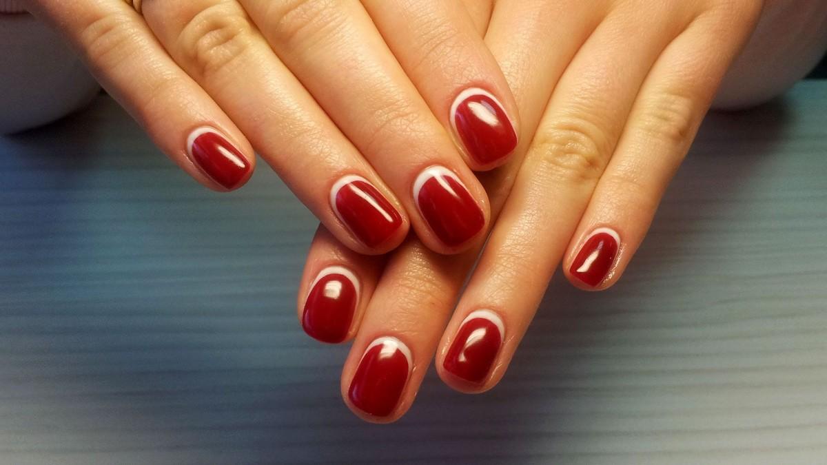 Маникюр красным лаком на короткие ногти