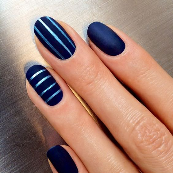 чёрные чулки синие ногти и