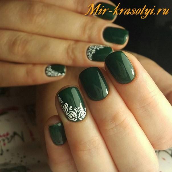 Маникюр белый с зеленым гелем